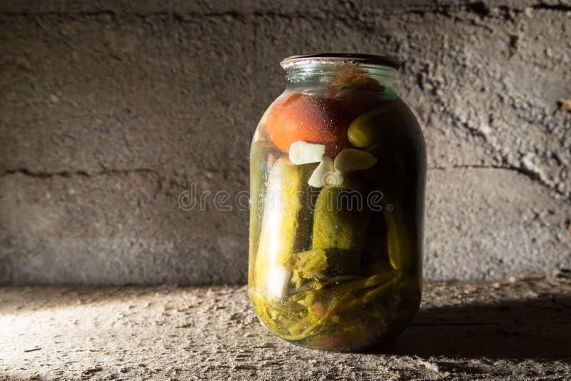 老银行用在地下室的黄瓜在黑暗 库存照片