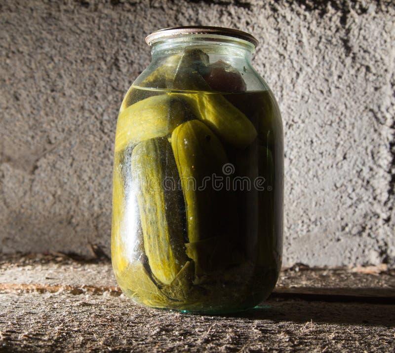 老银行用在地下室的黄瓜在黑暗 图库摄影