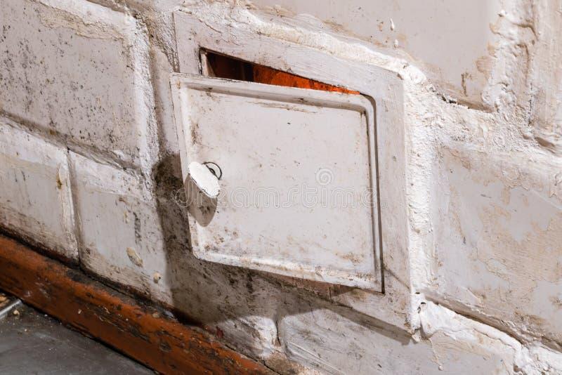 老铺磁砖的火炉的门 免版税库存照片
