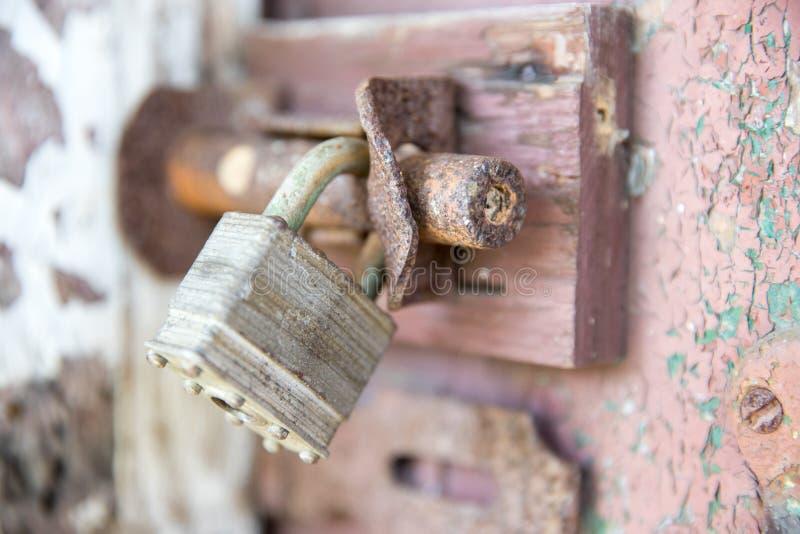 老锁特写镜头在红色金属车库门的 库存图片