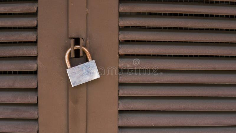 老锁特写镜头在红色金属门的 在门的老铁锁 库存照片