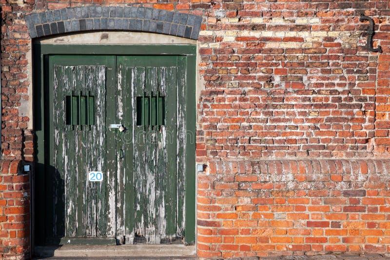 老锁着的船坞边门 库存照片