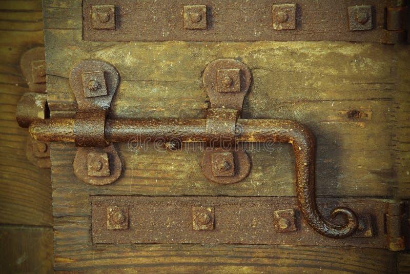 老锁以关闭城堡的门的大deadbolt 库存照片