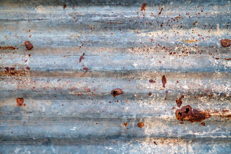 老锌屋顶,生锈的金属墙壁背景 库存图片