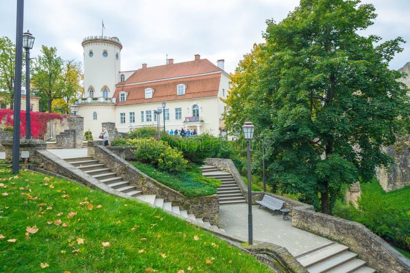 老镇、城市、城堡和公园在Cesis,拉脱维亚 2017年 免版税库存图片