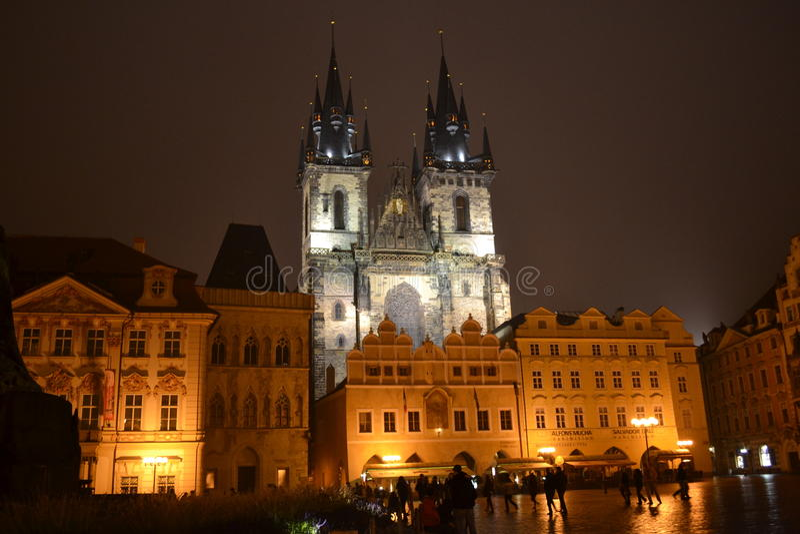 老镇中心布拉格在夜 免版税库存图片
