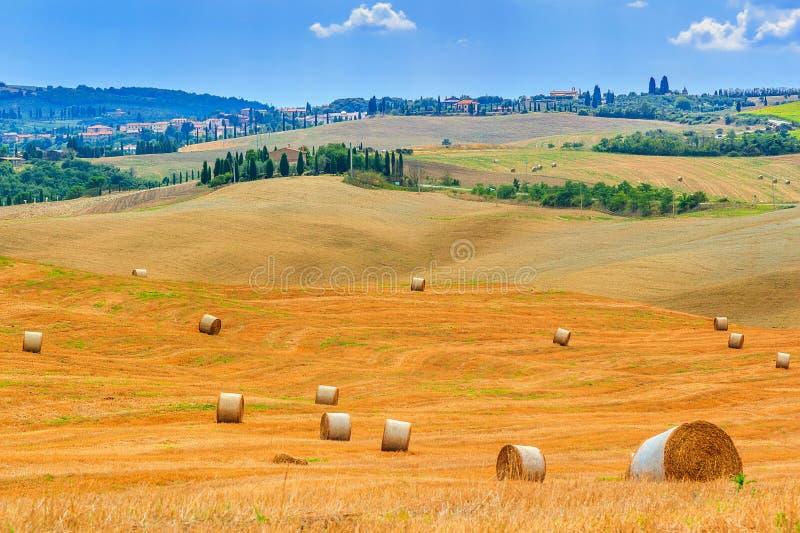 老镇和干草捆在托斯卡纳,意大利,欧洲 库存照片