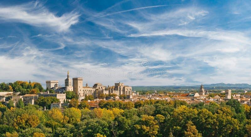 老镇和罗马教皇的宫殿宽全景  库存图片