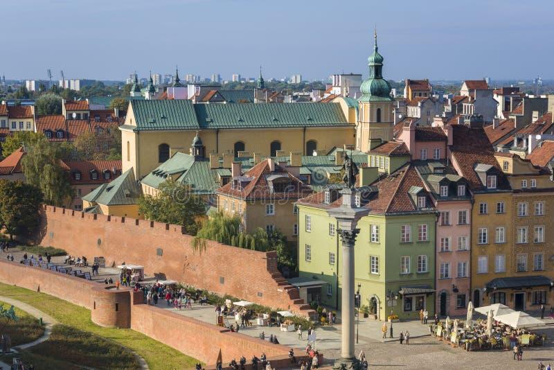 老镇和齐格蒙特III Waza国王雕象全景在华沙 库存图片