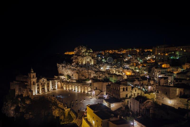 老镇在晚上,巴斯利卡塔,意大利马泰拉全景  库存图片