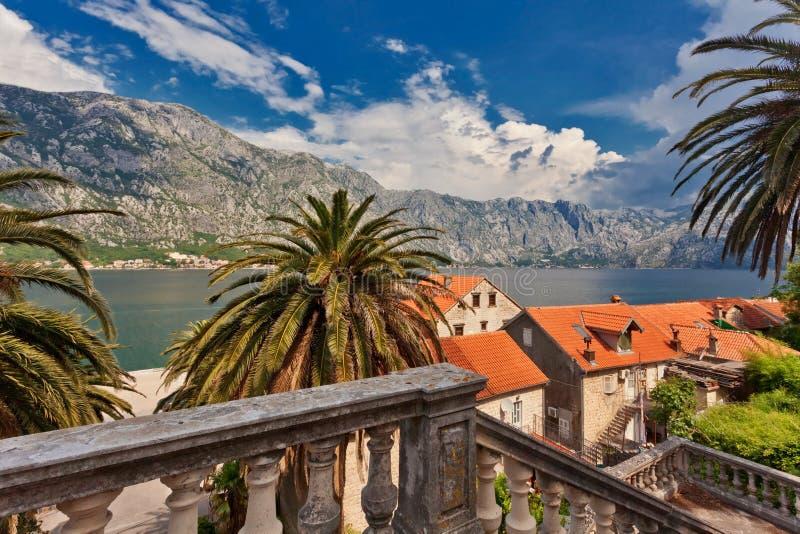 老镇有在海和山的看法 免版税库存照片