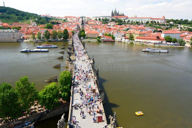 从老镇桥梁塔的查理大桥视图 布拉格 cesky捷克krumlov中世纪老共和国城镇视图 免版税库存图片