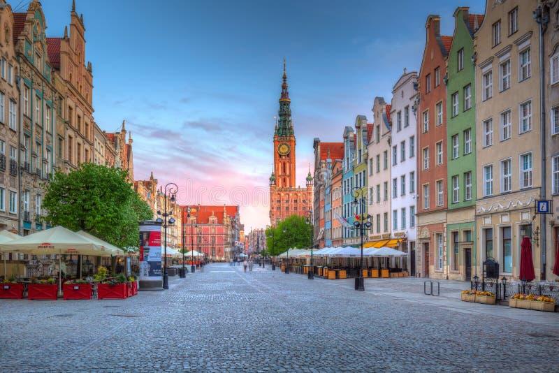 老镇的建筑学在有市政厅的在黎明,波兰格但斯克 免版税库存照片