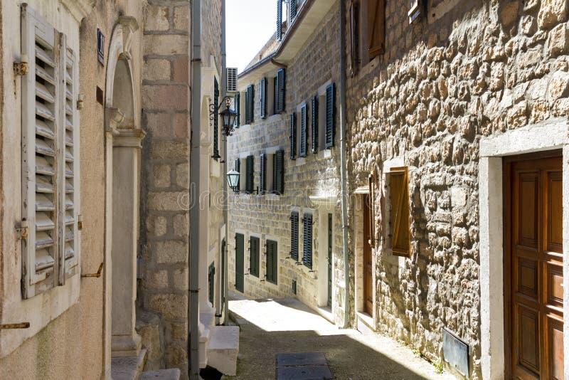 老镇的狭窄的街道在新海尔采格,黑山 免版税库存图片
