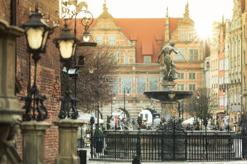 老镇的美好的建筑学在有海王星喷泉的格但斯克在日出,波兰 免版税图库摄影