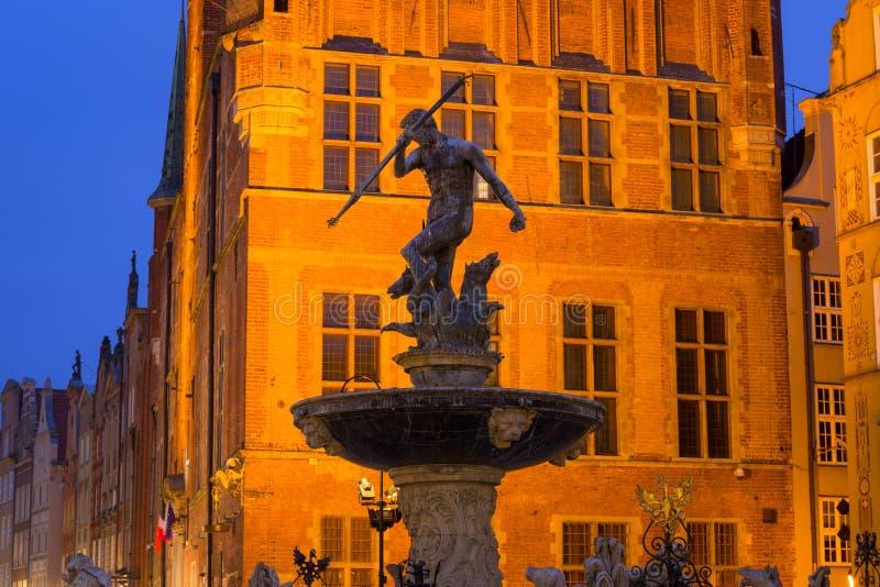 老镇的美好的建筑学在有海王星喷泉的格但斯克在黎明,波兰 免版税图库摄影