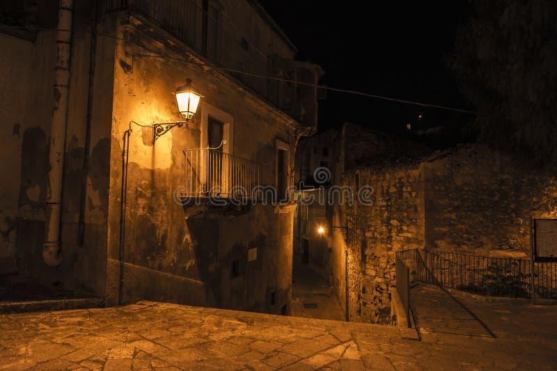 老镇的街道在晚上在拉古萨,西西里岛,意大利 免版税库存图片
