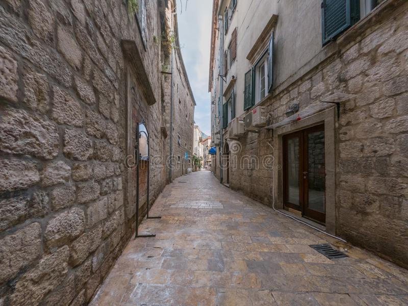 老镇科托尔,黑山美丽的狭窄的街道  免版税库存照片