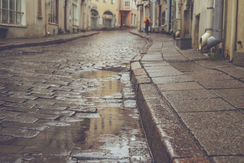 老镇路面街道在雨天 库存照片