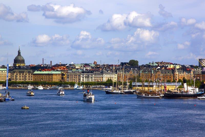 老镇Gamla斯坦码头建筑学的风景夏天全景在斯德哥尔摩,瑞典 图库摄影