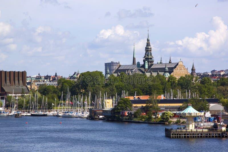 老镇Gamla斯坦码头建筑学的风景夏天全景在斯德哥尔摩,瑞典 免版税库存图片