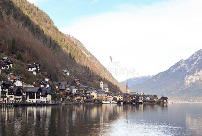 老镇Hallstatt村庄看法在早期的冬天 图库摄影