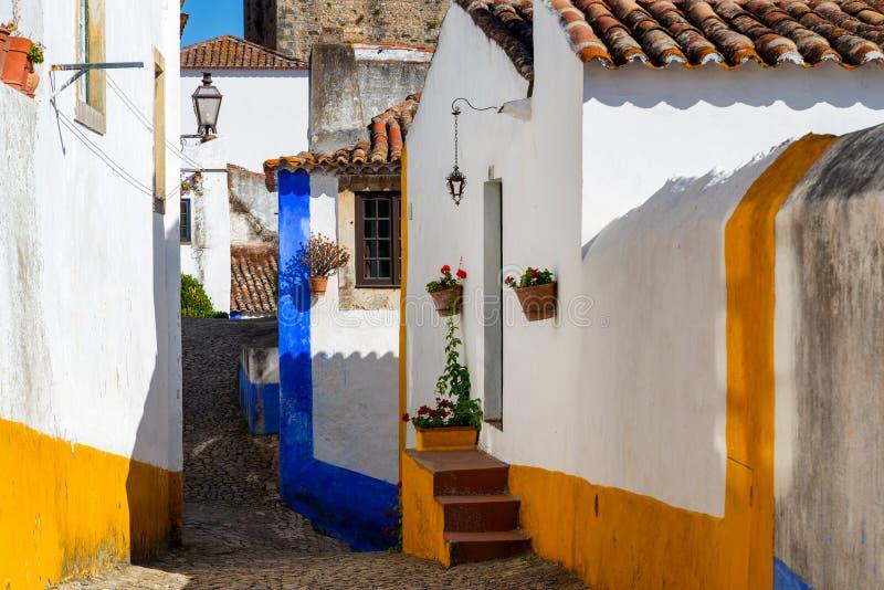 老镇Obidos,葡萄牙舒适狭窄的街道  免版税库存图片