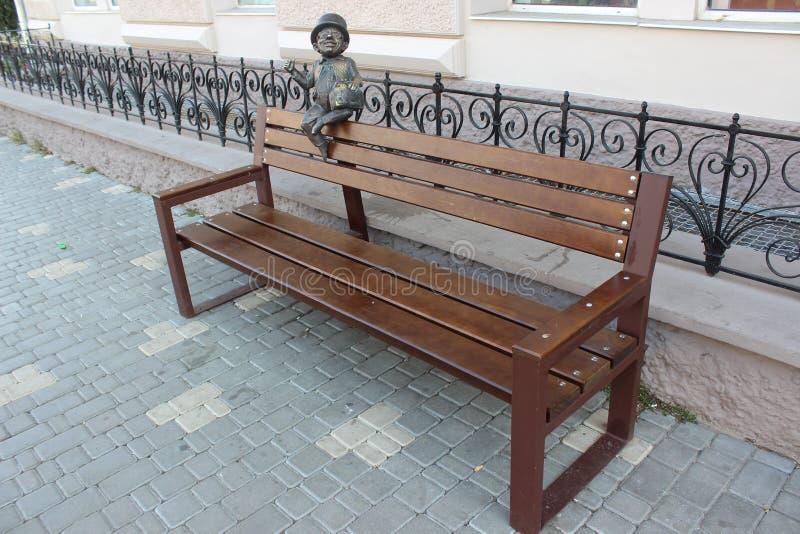 老长凳在城市公园 免版税库存图片