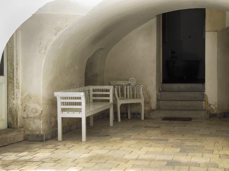 老长木凳和位子 免版税库存图片