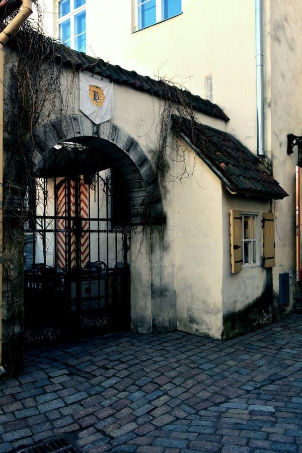 老门在塔林中世纪老市,爱沙尼亚 库存照片