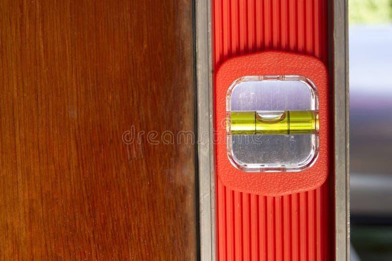 老门被安装成水平由长的橙色平实工具 库存图片