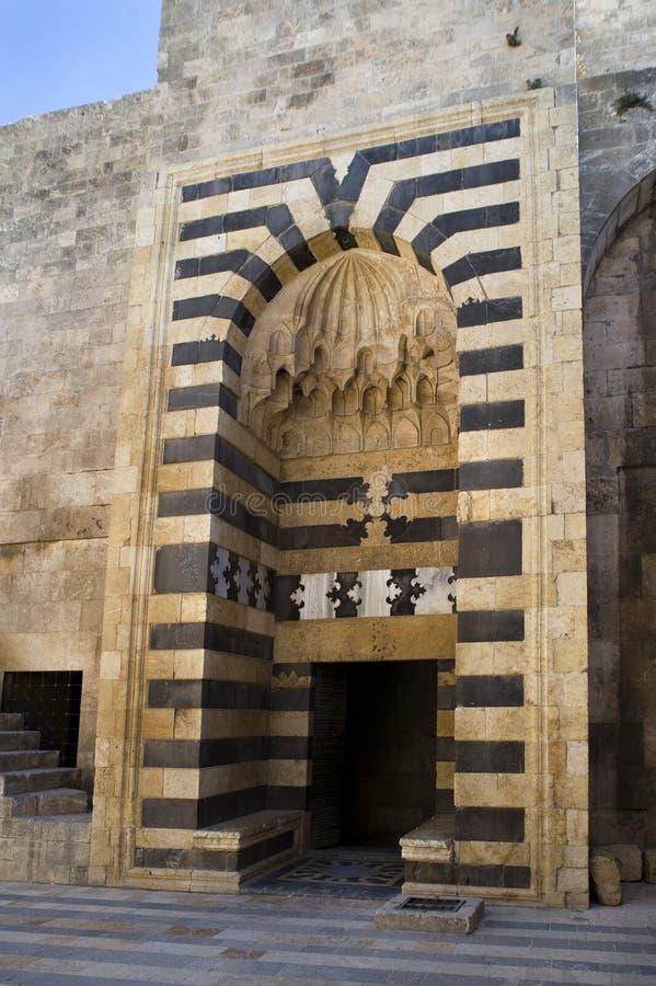 老阿勒颇古老城堡门 库存照片
