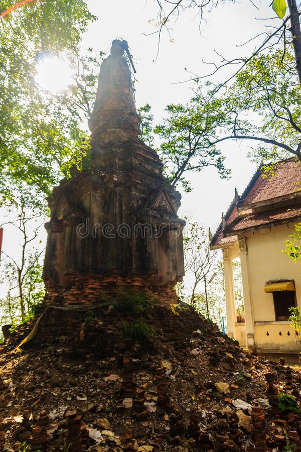 老阿尤特拉利夫雷斯式塔建造在小山顶的砖在大象小山的Wat Khao Rup张或寺庙, Phichit,泰国 库存照片