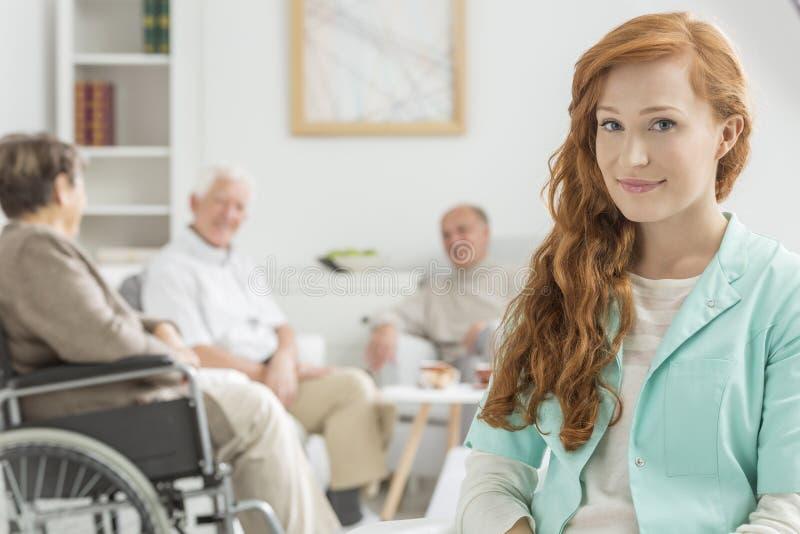 养老院的年轻人护士 库存照片