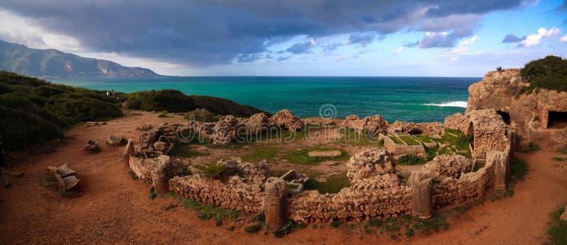 老陵墓废墟在Tipasa,阿尔及利亚 免版税库存照片