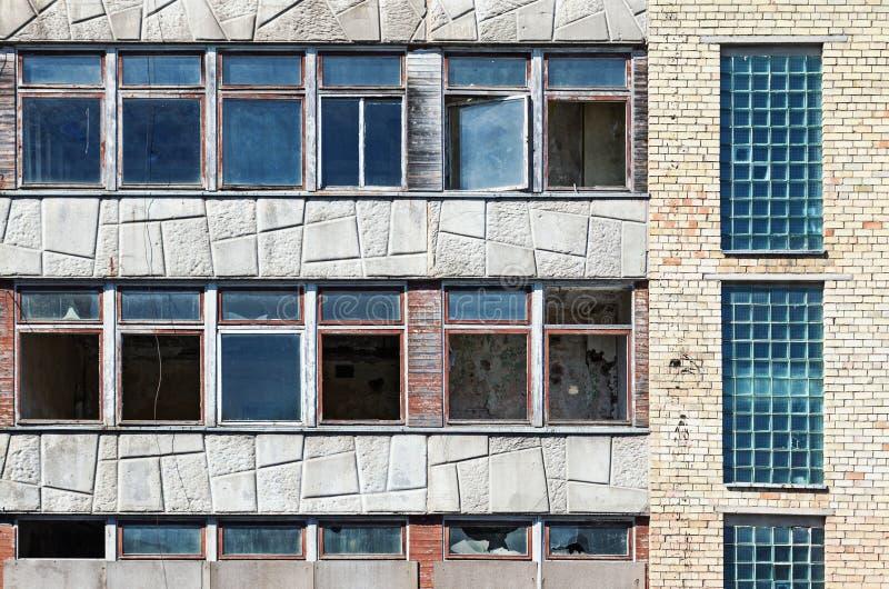 老难看的东西与残破的窗口的被放弃的大厦 免版税库存照片