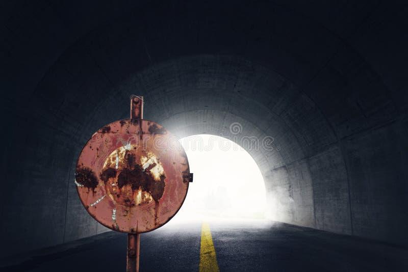 老难看的东西停车牌在前面使有雾和ligh的隧道变暗 免版税库存照片