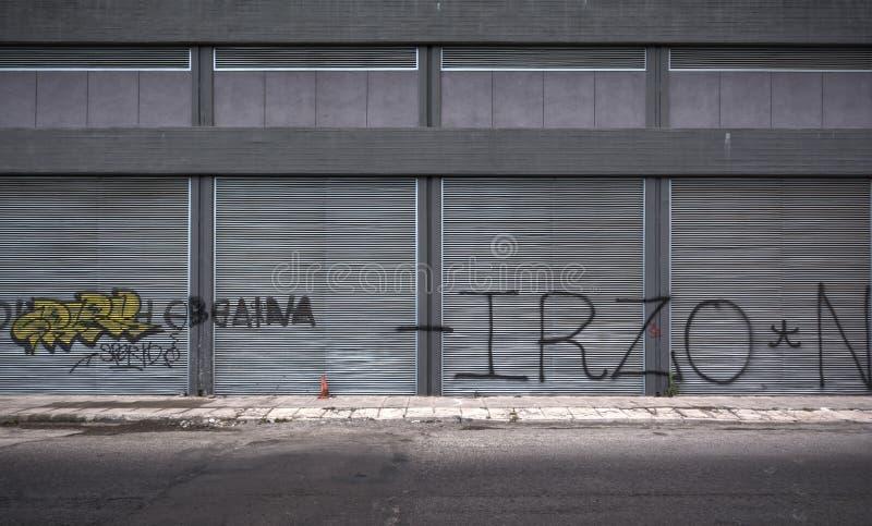 老难看的东西少数民族居住区街道在比雷埃夫斯,希腊 免版税图库摄影
