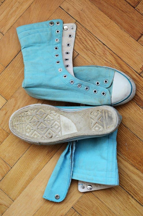 Download 老鞋子 库存照片. 图片 包括有 鞋带, 漏洞, 橡胶, 楼层, 方式, 的treadled, 鞋子, 蓝色 - 62534676