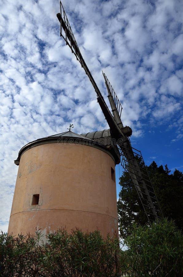 老风车在国家 免版税库存图片