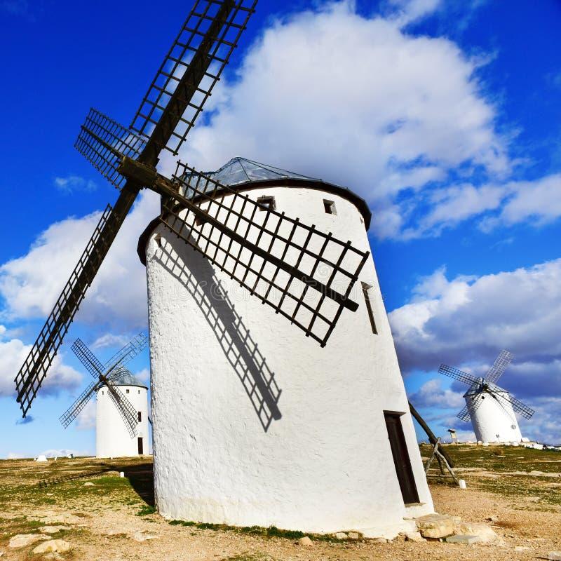 老风车在坎波德克里普塔纳,西班牙 免版税库存照片