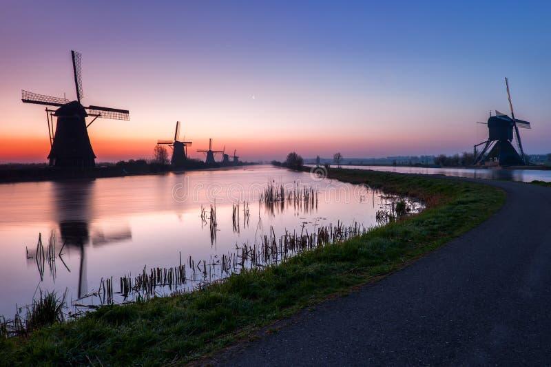 老风车在小孩堤防,荷兰 免版税库存照片