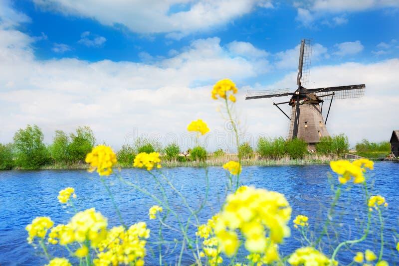 老风车在小孩堤防Elshout荷兰 图库摄影
