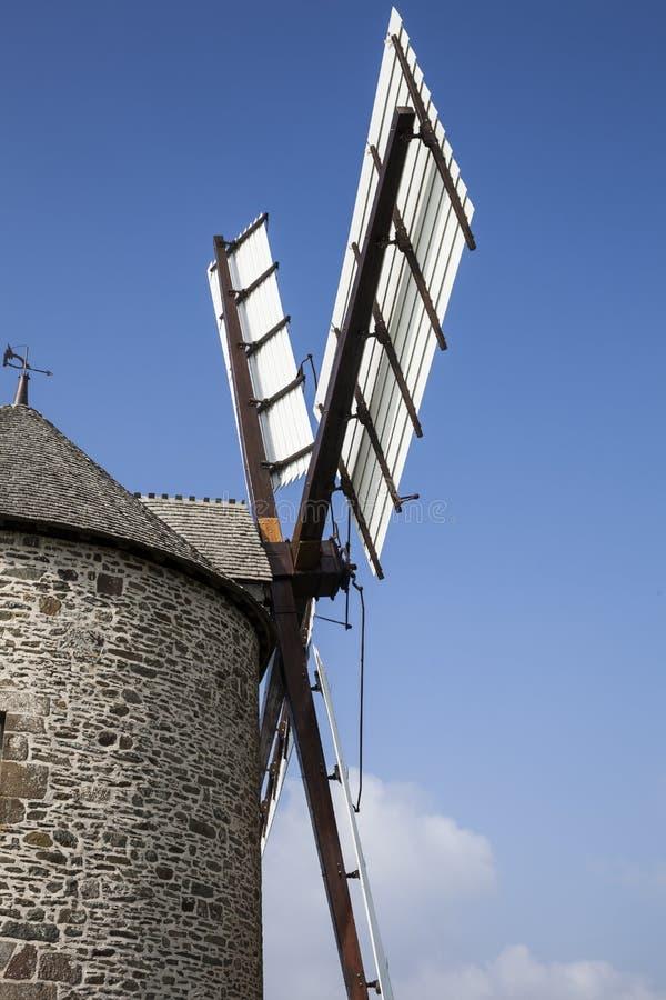 老风车在布里坦尼,更新在状态良好 免版税库存图片