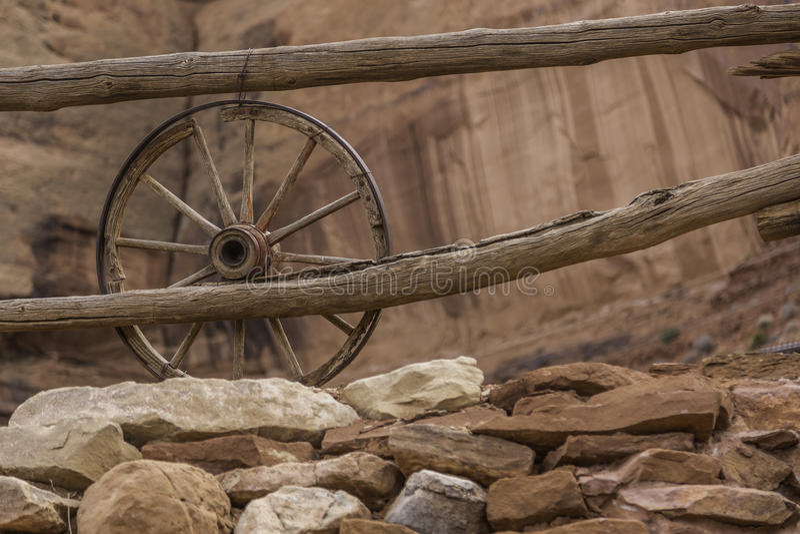 Download 老马车车轮 库存图片. 图片 包括有 木头, 运输, 岩石, 颜色, 葡萄酒, 红色, 购物车, 过帐, 减速火箭 - 30329811
