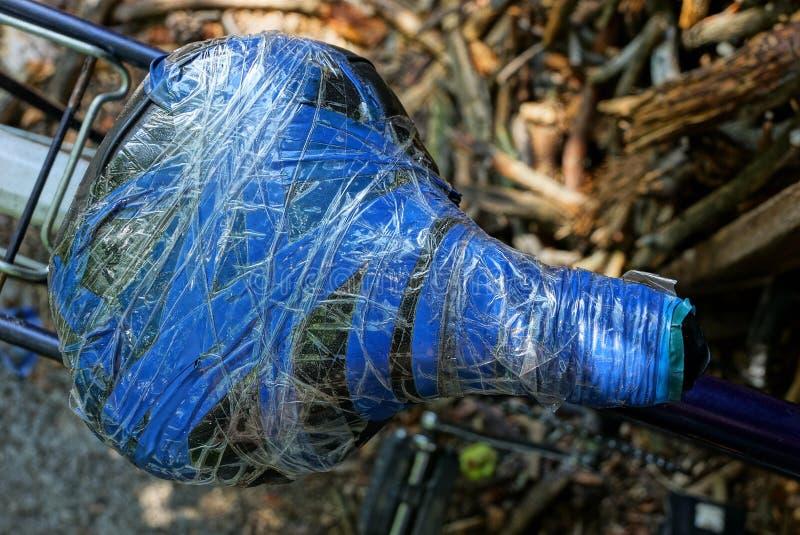 老马鞍包裹与在自行车的灰色和蓝色电子磁带 免版税库存照片