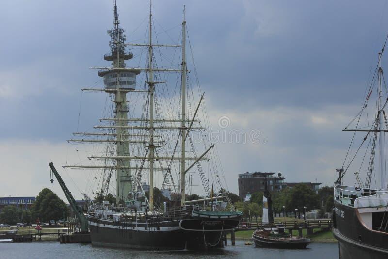 老高大型驱逐舰在Bremenhaven,德国港口  免版税库存照片