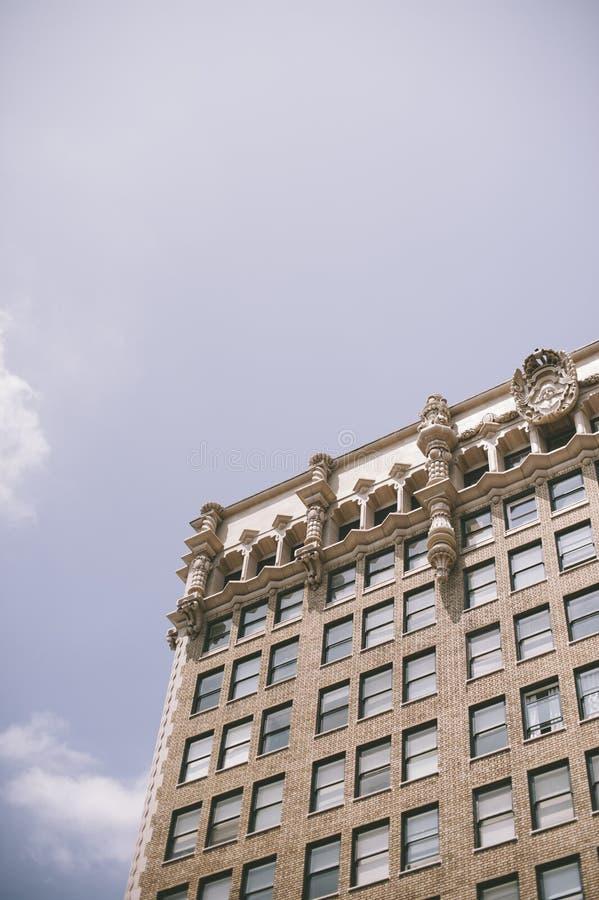 老高层建筑物看法与天空的 免版税库存图片