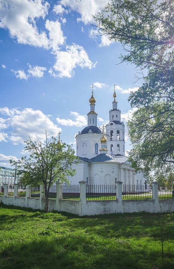 ?? 老鹰城市 突然显现的大教堂,在明亮的白天 图库摄影