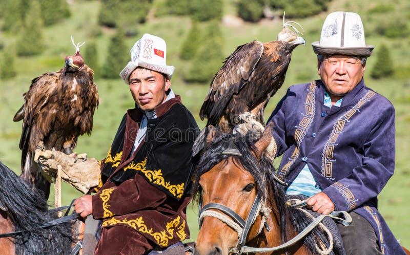 老鹰猎人拿着他们的老鹰,准备好行动 免版税图库摄影